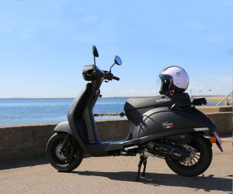 Moped från Viarelli med solig bakgrund